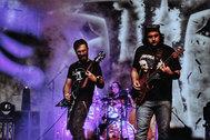 Los integrantes de la banda iraní Artamene, en plena actuación.