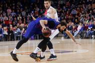 GRAF705. <HIT>BARCELONA</HIT>.- El ala pívot montenegrino del <HIT>Barcelona</HIT> Nikola Mirotic (i) lucha con el también alapivot bosnio Emir Sulejmanovic (i), del Retabet Bilbao Basket, durante el partido de la decimoséptima jornada de la fase regular de la Liga ACB de <HIT>baloncesto</HIT> disputado en el Palau Balaugrana.
