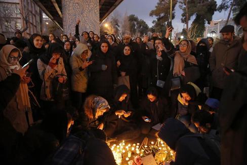 Agentes antidisturbios reprimen a cientos de iraníes furiosos con sus líderes