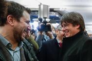 El ex presidente catalán Carles Puigdemont y el ex consejero Toni Comín (izqda.), tras obtener su acreditación como europarlamentarios, el pasado 20 de diciembre.