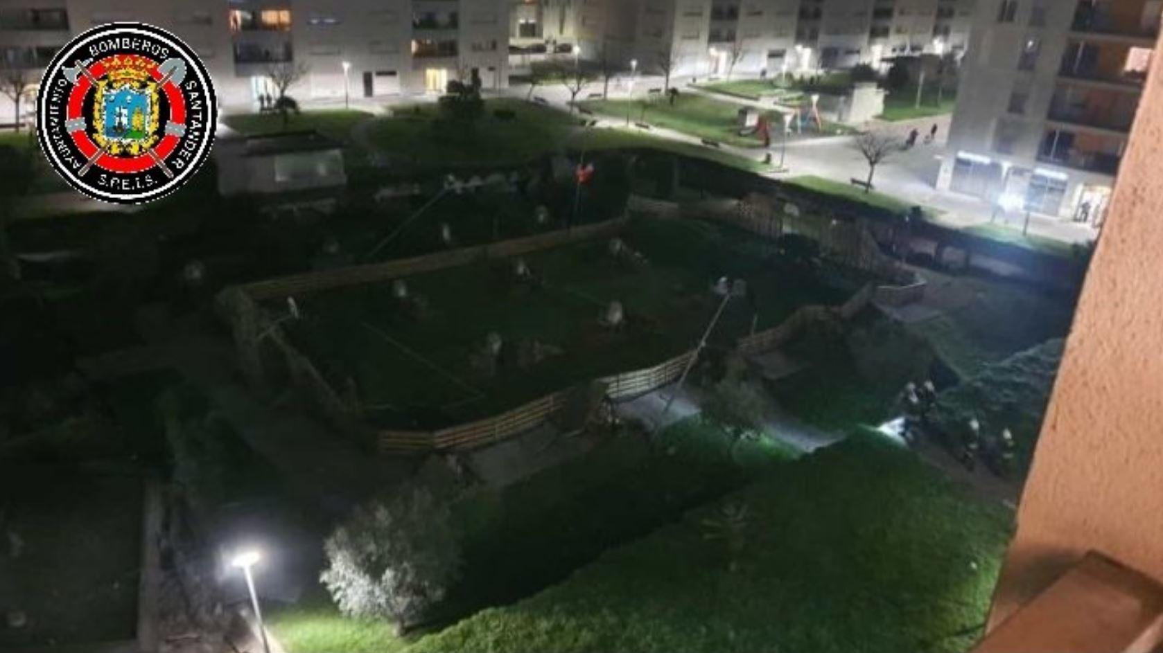 Un parque infantil se derrumba sobre un aparcamiento público en...