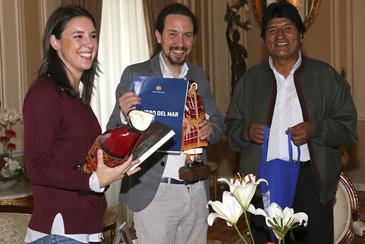 Irene Montero y Pablo Iglesias con Evo Morales, en noviembre de 2017, en La Paz (Bolivia).