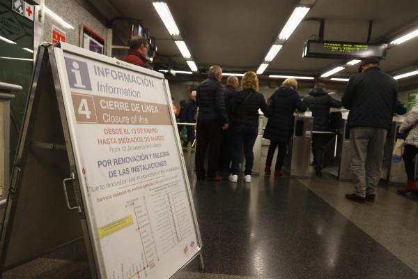 Un cartel informa del cierre de la línea 4 de Metro de Madrid.