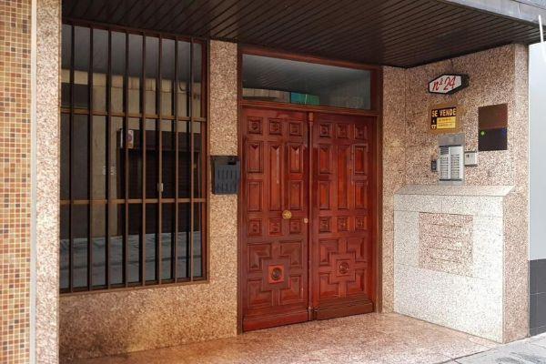 Vista del portal de la vivienda donde han sido encontrados los cuerpos...