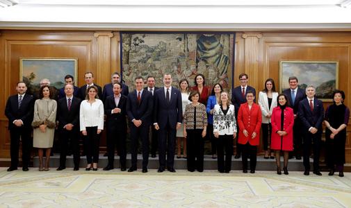 Pedro Sánchez y los vicepresidentes y ministros del nuevo Gobierno con el Rey Felipe VI en el Palacio de la Zarzuela.