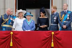 Meghan y el príncipe Harry junto a la reina, el príncipe Guillermo, el príncipe Carlos y la duquesa de Cornualles.