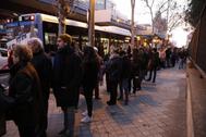 Usuarios de Metro de Madrid esperando a los autobuses en Avenida de América.