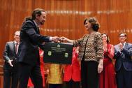 Pablo Iglesias recibe su cartera de manos de Carmen Calvo.