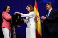 Magdalena Valerio entrega la cartera del ministerio de trabajo a Yolanda Díaz en presencia del ministro de Seguridad Social, José Luis Escrivá.