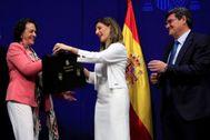La ex ministra Magdalena Valerio entrega la cartera ministerial a Yolanda Díaz en presencia de José Luis Escrivá.