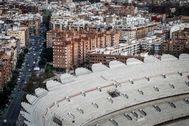 VIsta del barrio de Benicalap con un detalle en primer término de las gradas del Nuevo Mestalla.