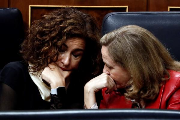 María Jesús Montero, titular de Hacienda, y Nadia Calviño,...
