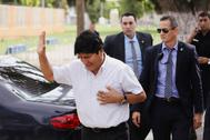 El ex presidente de Bolivia Evo Morales saluda a los asistentes a un evento en Buenos Aires.