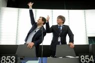 El ex presidente catalán Carles Puigdemont (dcha.) y el ex consejero Toni Comín, este lunes, en la Eurocámara.