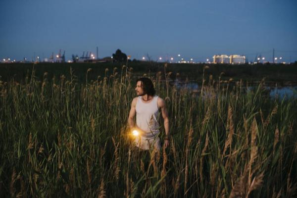 El actor Daniel Grao, en una de las escenas de la serie 'Perdida' rodada en un paraje de Valencia.