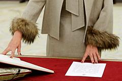 Puños de piel de zorro (cero 'ecofriendly') y blazers de saldillo en la jura de ministros