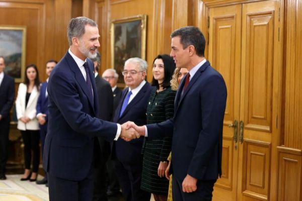 El Rey Felipe VI y Pedro Sánchez durante la ceremonia de toma de...
