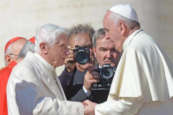 El Papa Francisco y el Papa emérito Benedicto XVI se saludan en una...