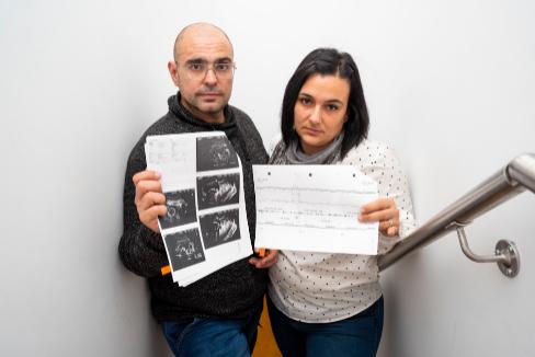 Muere su bebé después de que su médico con cáncer retrasara un día la cesárea