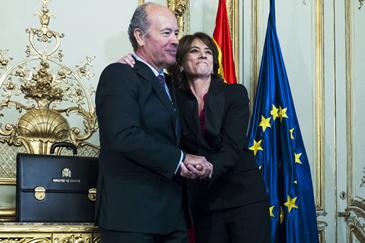El nuevo ministro de Justicia, Juan Carlos Campo, y su antecesora, la actual fiscal general del Estado, Dolores Delgado, este lunes.