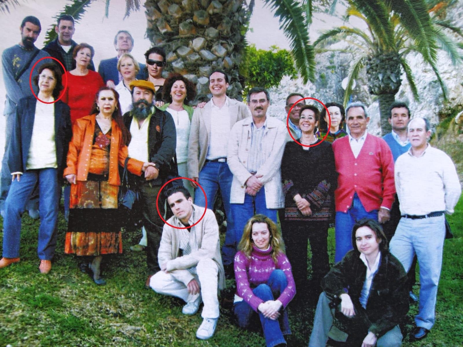 Garzón, agachado, con Concha (izda.) y Nines (dcha.), en el cartel de...