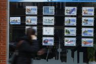 Carteles de viviendas en alquiler en una agencia inmobiliaria.