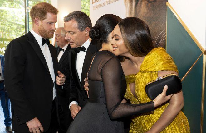 Momento en el que el príncipe, que señala a Meghan Markle, habla con un directivo de Disney para hablarle de las habilidades de doblaje de su esposa.