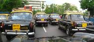 Una serie de Premier Padmini en las calles de Mumbai