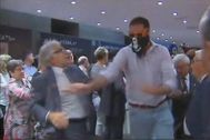 Momento en el que un ultra empuja al diputado de CiU Josep Sánchez Llibre en un acto celebrado en Blanquerna en 2013.