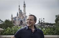 Iger, fotografiado delante del emblemático castillo de Disney en Shanghai.