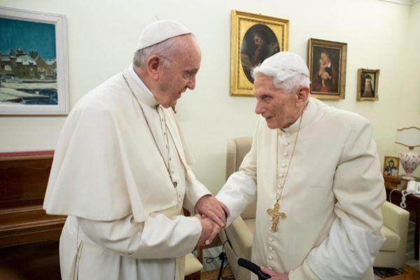 El Papa Francisco con el Papa Emérito Benedicto XVI.