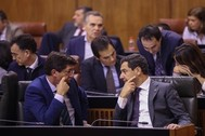 El presidente de la Junta, Juanma Moreno, conversa con el vicepresidente, Juan Marín, en el Parlamento.