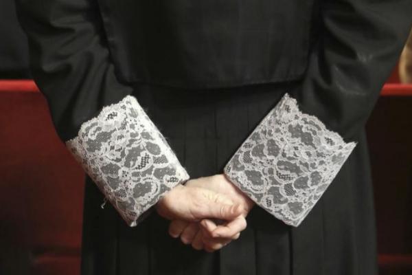 Detalle de las manos de un juez, en un momento de una sesión...