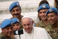 -FOTODELDÍA- EPA9845. VATICAN CITY (VATICANO), 08/01/2020.- El <HIT>Papa</HIT> <HIT>Francisco</HIT> posa para una foto con soldados argentinos de las Naciones Unidas, este miércoles, en el Vaticano.EPA/
