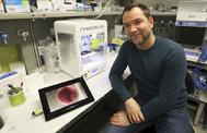 El investigador Samuel Sánchez en su laboratorio del IBEC de Barcelona.