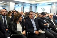 El líder del PP de Galicia, Alberto Núñez Feijóo (en el centro), en la Junta Directiva Nacional del partido, este lunes, en Madrid.