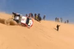 Tremendo vuelco de Alonso en una duna nada más comenzar