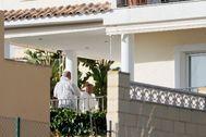 Los agentes recogen pruebas en la casa del cónsul en La Nucía.
