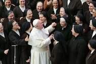 El Papa Francisco saluda a un grupo de monjas en el Vaticano.
