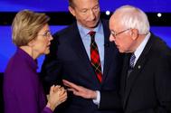 Elizabeth Warren y Bernie Sanders mantienen una tensa conversación tras el debate.