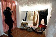 Objetos relacionados con la película 'Dolor y gloria' en una de las cuevas de Paterna.