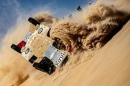Momento en el que el Toyota de Alonso vuelca en el Dakar.