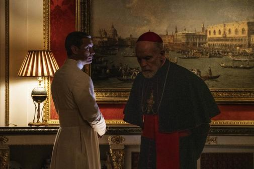 John Malkovich (dcha.) y Jude Law en la serie de Sorrentino