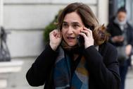 Ada Colau habla por el móvil en una visita al Congreso.