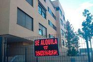 Cartel anunciando un piso en alquiler en Alicante.