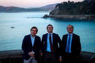 Íñigo Arcauz (candidato del PP por Guipúzcoa a las elecciones generales), Pablo Casado y Alfonso Alonso, en marzo de 2019, en Getaria.