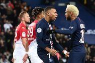 Mbappe y Neymar celebran uno de los goles del PSG.