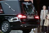 Simoneta Gómez-Acebo, la semana pasada junto al coche fúnebre de su madre.