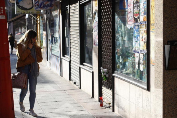 Una mujer pasa junto al establecimiento regentado por la mujer china...