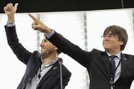 Carles Puigdemont y Toni Comín en su primer pleno como europarlamentarios.